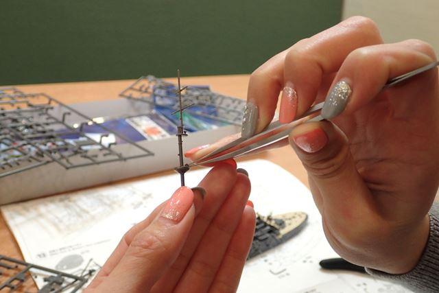 いよいよマストの組み立て。爪楊枝に色を塗るような感覚です