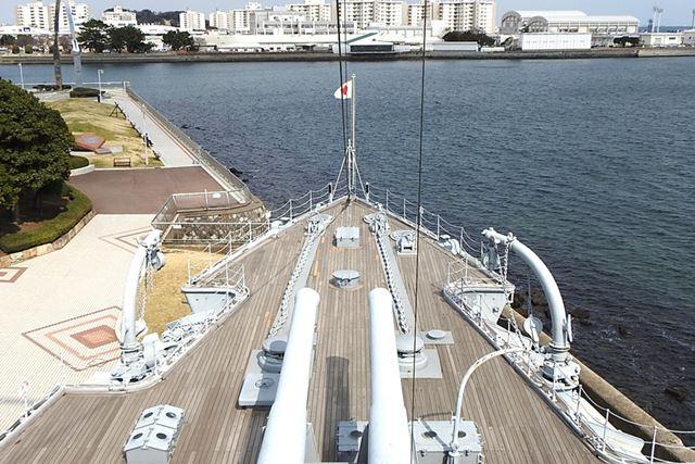 記念艦三笠はまっすぐ、皇居の方向を向いているそうです