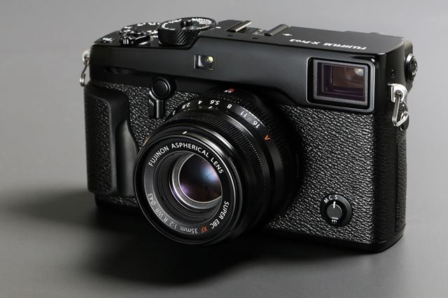 XF35mmF2 R WR(ボディはX-Pro2)。ブラックのほかシルバーも用意されている