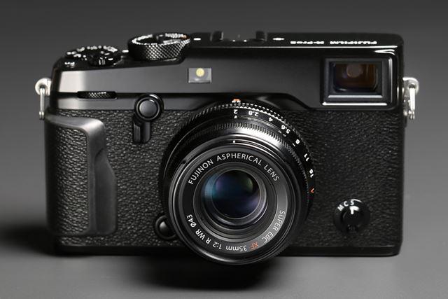 開放F2のコンパクトな標準レンズ。X-Pro2とデザインもマッチしている