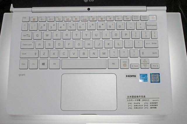 14型/13.6型モデルのキーボードはテンキーレスタイプとなっている