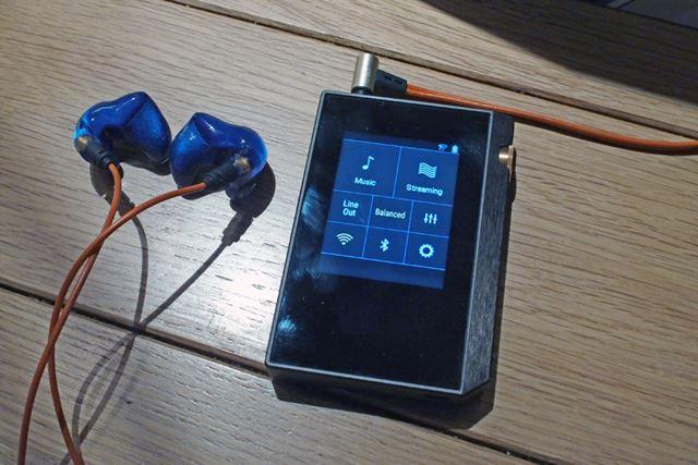 2.5mm4極バランスケーブルに対応したイヤホンやヘッドホンを使えば、バランス駆動を楽しめる