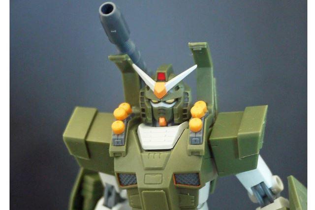 装甲を展開し、武装パーツをはめ込むだけの簡単設定です
