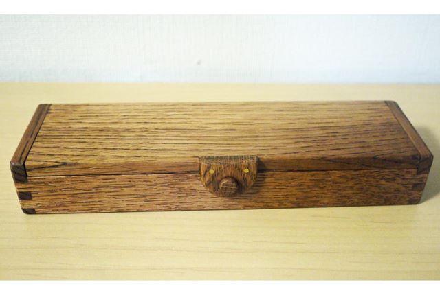 木製ペンシルケース。ナチュラルとブラウンの2色があり、写真はブラウンです
