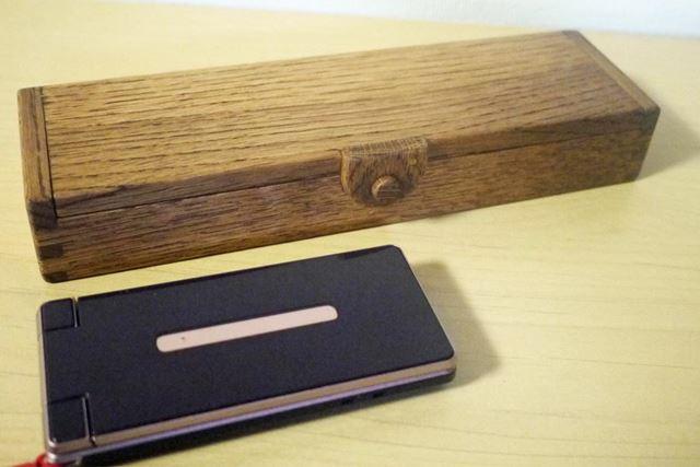 携帯電話と比較して。かなり大きめの筆箱です
