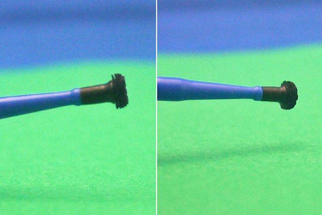 横に広がっているブラシで耳垢を取る仕組みです