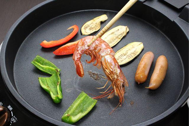 メインプレートは電源を入れっぱなしにして、野菜や魚介類などじっくり火を入れたいものを焼きます
