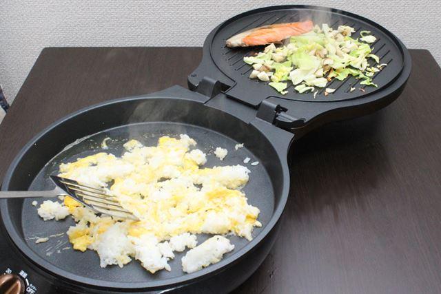 まず、フタ面で具材のエリンギ・キャベツを炒めながら鮭を焼き、メインプレートで卵とごはんを炒めます