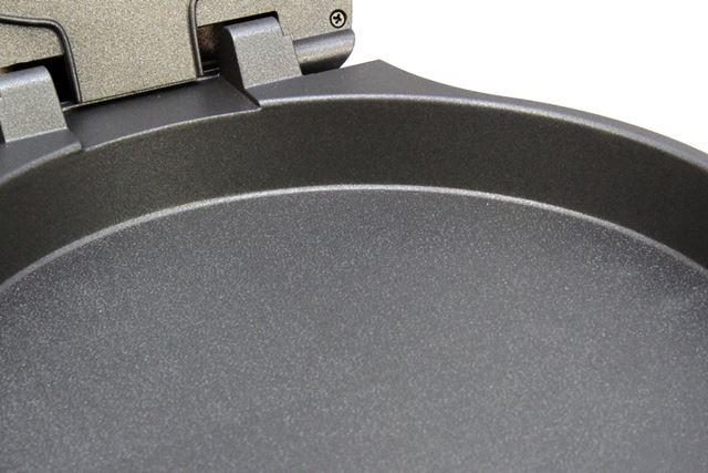 メインのプレートは深さ約3.5cm。表面はフッ素加工されていてツルツル