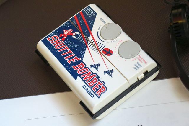 カシオの携帯ゲーム機「シャトルボンバー」。ヘッドホンが付属し、ラジオも楽しめた