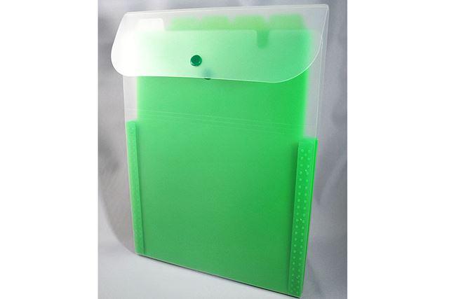 透明な外側のフォルダー。中には緑色の仕切りがあります