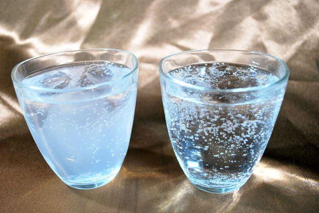 中身の比較。缶(左)のほうが白いですね。味のほうはどちらも変わらず、おいしいです