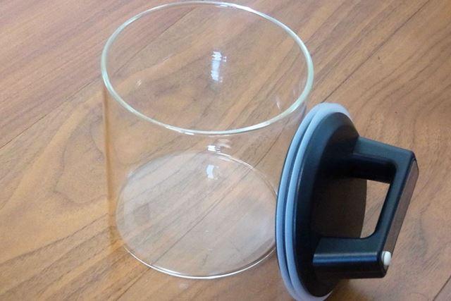 中味は本体容器とふただけ。容器はガラス製なので色うつりや臭いうつりはほとんどありません