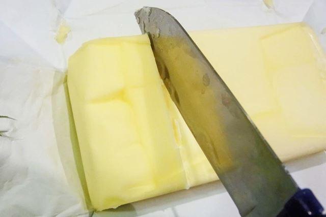 バターカットガイドを使ってバターの表面にカット位置の印をつけます。後は、印にしたがってバターをカット