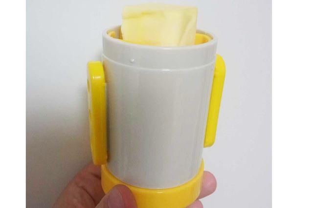 使うときは底にあるつまみ(黄色の部分)を回すとセットされたバターが出てきます