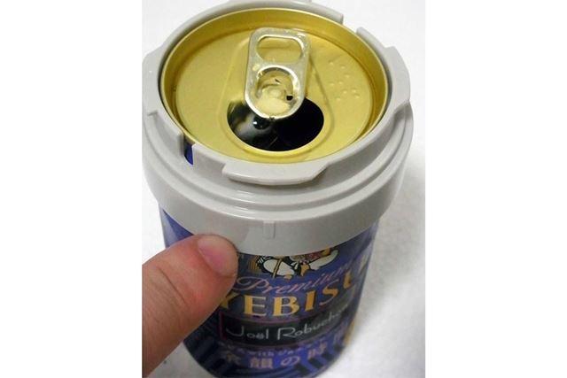 まずは缶ビールの口をあけて、この目印が飲み口側に来るようにリングを取り付けます