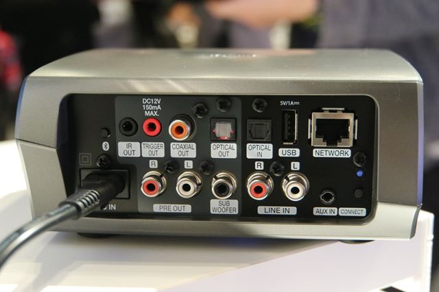 「HEOS LINK」の背面。光デジタル入力は、リニアPCMで最大192kHz/24bitまで