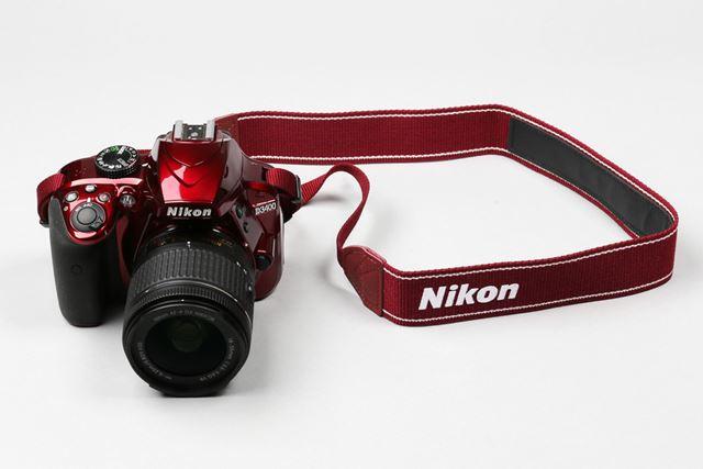 D3400はレッドカラーのボディも用意。赤いストラップが付属します