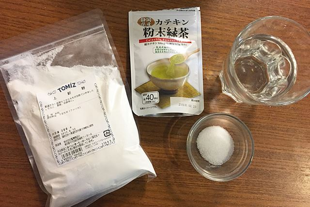 左から時計回りに、上新粉(使ったのは100g)、粉茶(使ったのは1g程度)、水135cc、砂糖小さじ1