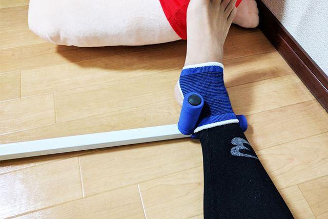 こんな感じで両端に足を置きます(くるぶしの青いサポーターはおまけで入っていました)