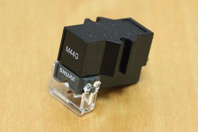 レコードの溝に刻まれた音声信号を読み取るカートリッジ(写真はSHURE「M44G」)