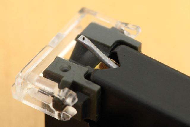 細い針金のように飛び出ているのがカンチレバーで、その先に付いているのが針先(スタイラス)