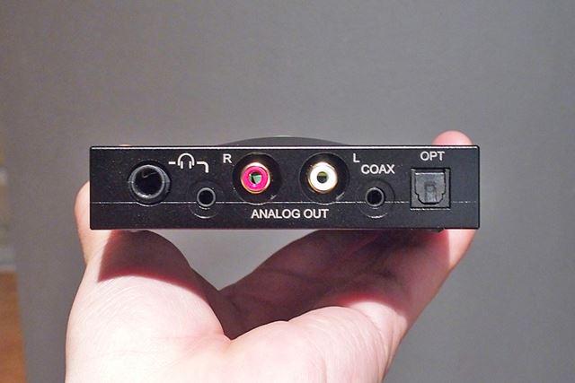 USB入力のある側面の反対側。USB以外の入力と出力はこちらにまとまっている