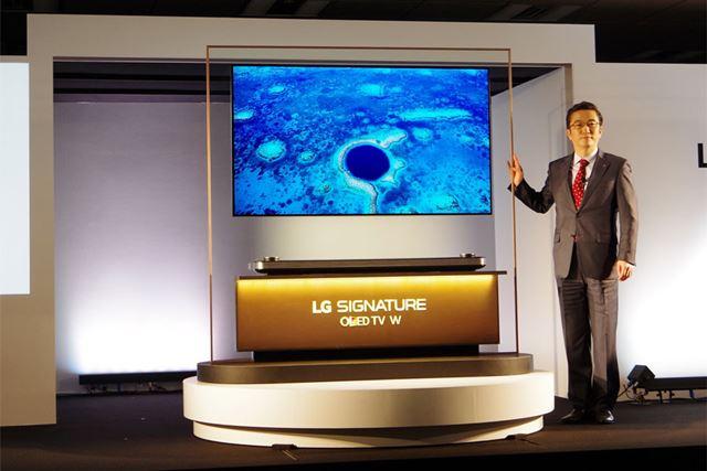 薄さ約3.9mmという超薄型壁掛け型有機ELテレビ「OLED 65W7P」(65型)。右はLGエレクトロニクス・ジャパンのイ・インギュ社長
