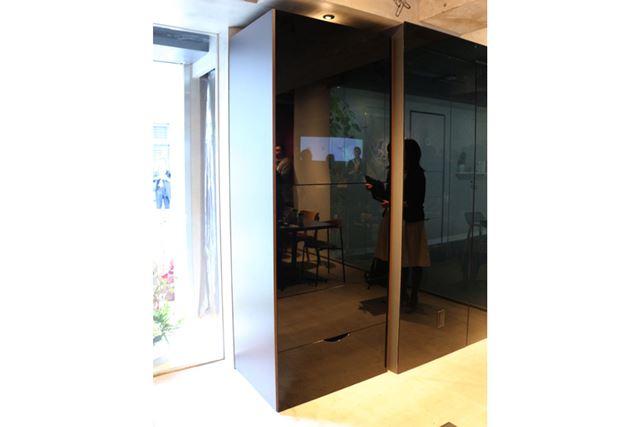 「ランドロイド・カフェ」のオープンスペースに設置されている「ランドロイド」のティザーモデル