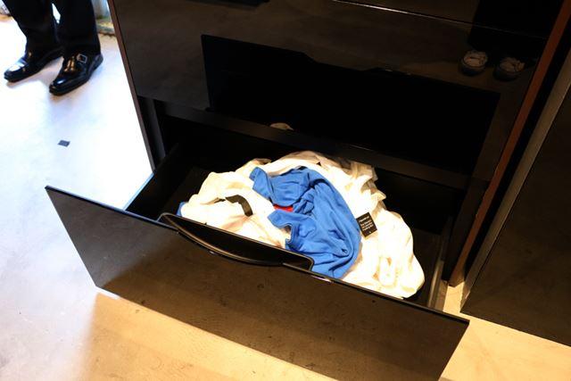 製品の下部に乾いた洗濯物を入れると……(イメージ)