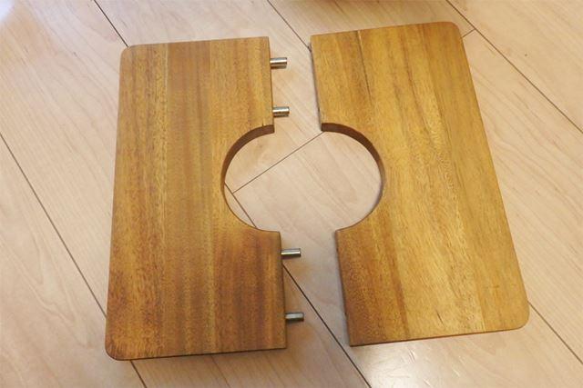 半分に分割された真ん中に穴が開いた板2枚1組で使用します