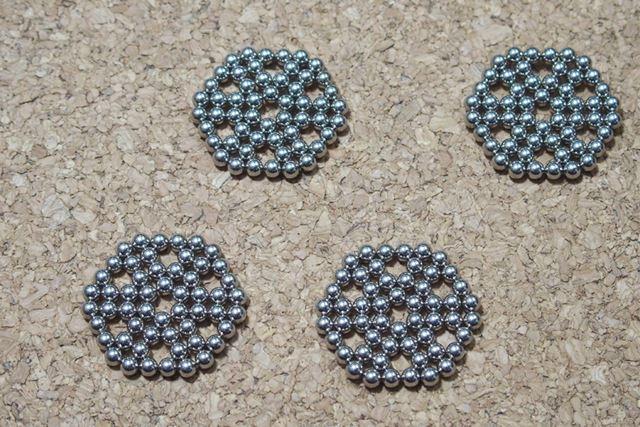 9個のボールを6個使って作る六角形を4つ作ります。これで216個全部使いました