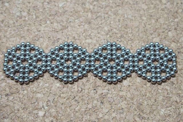 大きな六角形を横一列に並べます。ちゃんと点でつなげるように気をつけます