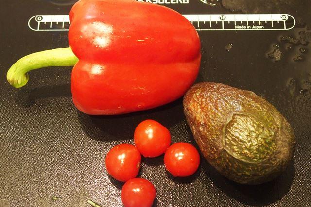 パプリカとミニトマトとアボカドです