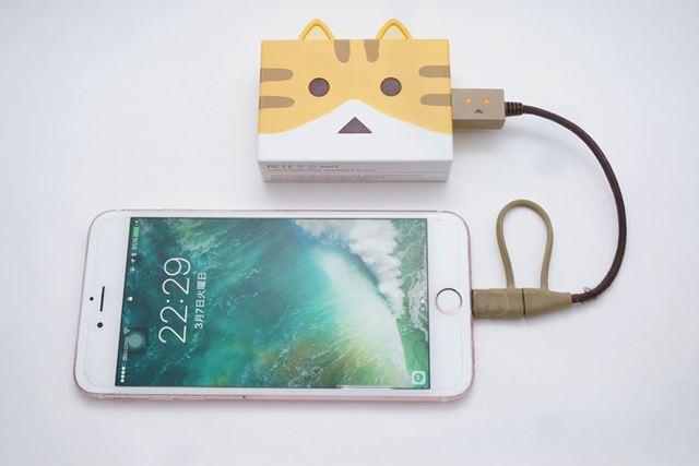 iPhone 6s Plusを充電してみます。サイズ感がおわかりいただけるでしょうか?